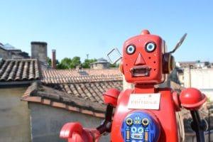 robot rouge sur une terrasse à Bordeaux
