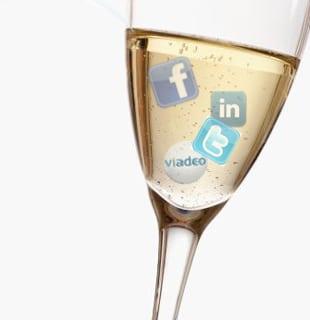 Coupe de champagne avec des logos de réseaux sociaux