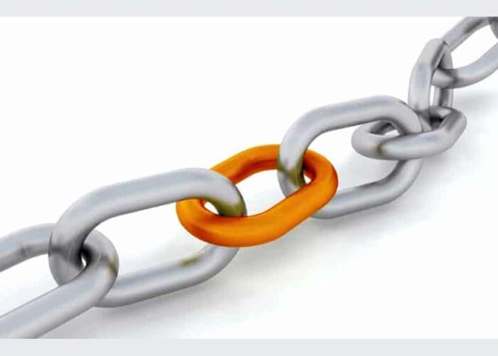 chaîne grise avec un maillon orange
