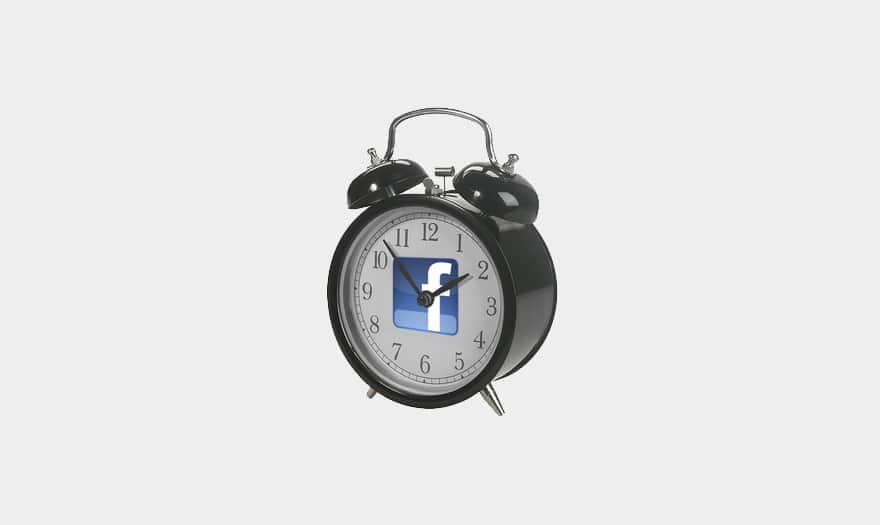 Un réveil matin avec un logo Facebook