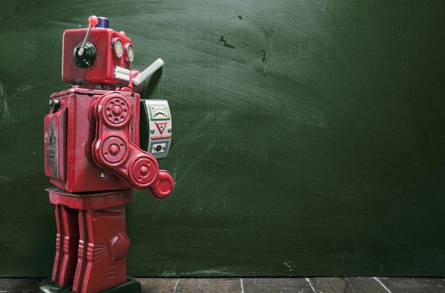 un robot rouge devant un tableau