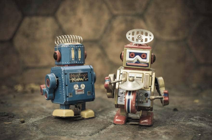 Deux robots jouets vintage jouent du tambour