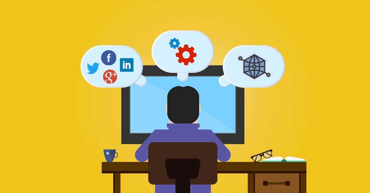 Un homme devant un ordinateur avec des icônes web dans des bulles
