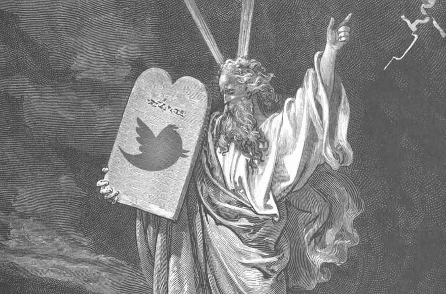 Moïse tient les tables de la loi avec un oiseau Twitter