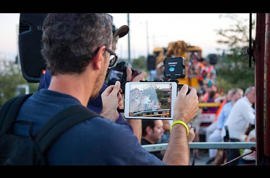Jean-François Lac filme un événement pour les réseaux sociaux
