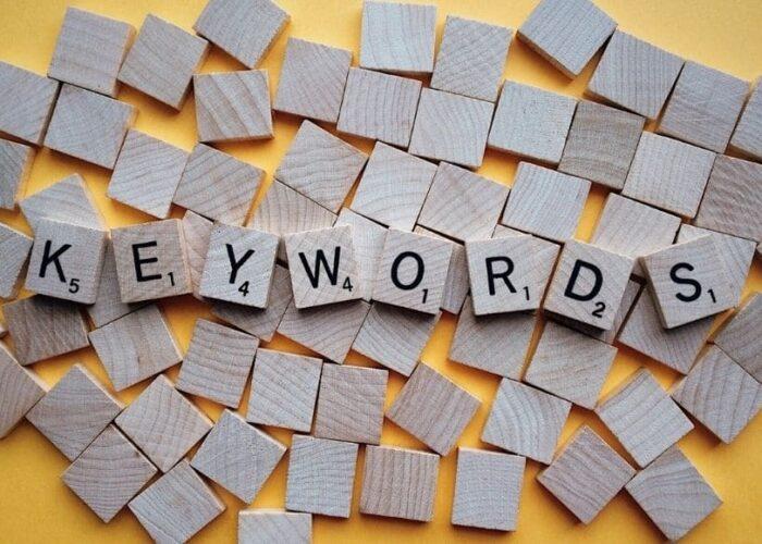 Lettres de scrabble qui forment le mot keywords