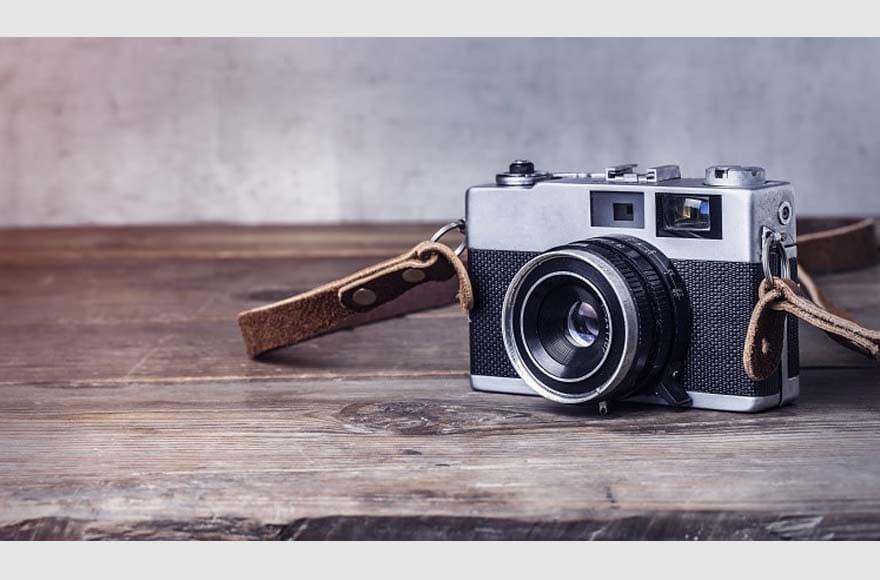 Un appareil photo vintage gris