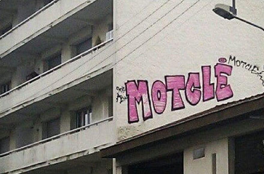 """Graffiti rose """"mot clé"""" sur un immeuble"""