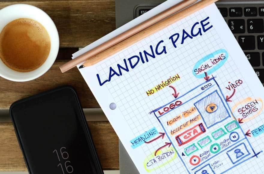 Notes sur papier pour créer une landing page