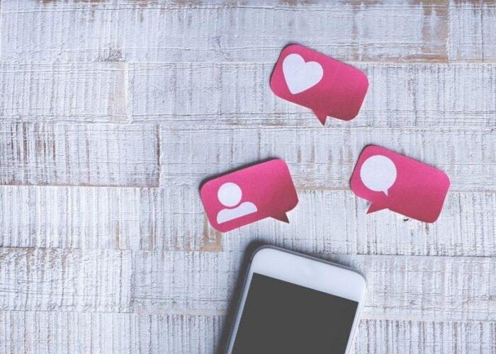 Smartphone avec des Post-It qui représentent les actions possibles sur Instagram