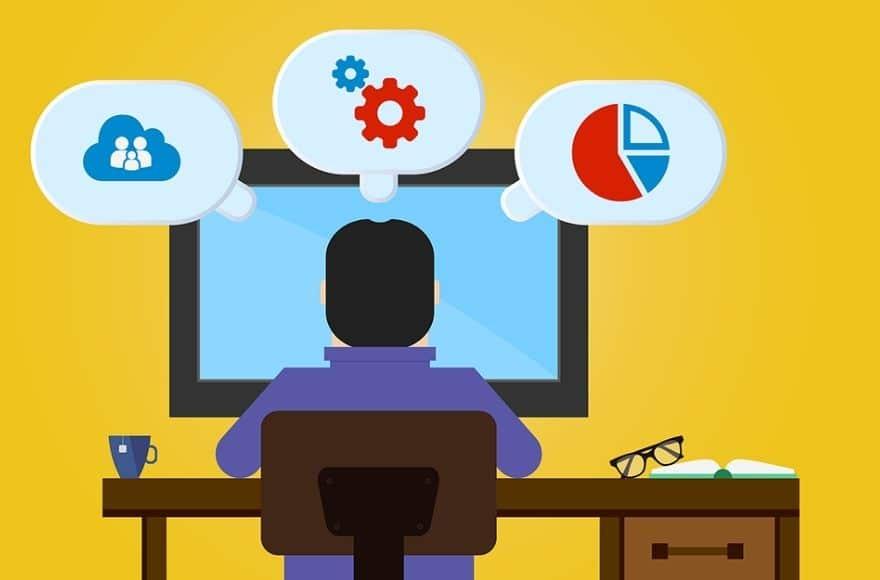 Illustration d'un homme devant un PC en train de paramétrer ses outils web